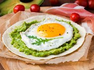 Рецепта Яйца на очи с авокадо, чесън, копър и магданоз